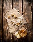 Honey Background Rebanadas y nueces naturales del limón de la miel Fotografía de archivo libre de regalías