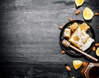 Honey Background Süßer Bienenhonig mit Zitrone Stockfotografie