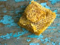 Honey Background Zoete honing in de kam Op landelijke houten achtergrond Glasbank met honing Stock Foto