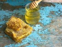 Honey Background Zoete honing in de kam Op landelijke houten achtergrond Glasbank met honing Stock Afbeelding