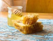 Honey Background Zoete honing in de kam Op landelijke houten achtergrond Glasbank met honing Stock Fotografie