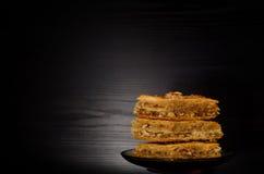 Honey Baklava, bonbons turcs traditionnels Copiez l'espace, fond noir Images stock