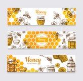 Honey Banners Gezeichnete Biene der Weinlese Hand und honeyed Blumen-, Bienenwaben- und Bienenstockvektoraufkleber stock abbildung