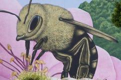 Honey Bee op een reuzebloem royalty-vrije stock afbeelding