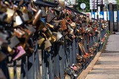 Honey Bridge, som nygifta personer hänger på lås som ett tecken av stark förälskelse, Kaliningrad, Ryssland royaltyfria bilder