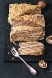 Honey Cake caseiro cortado fotografia de stock