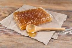 Honey Comb Block e colher de madeira fotos de stock