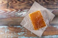 Honey Comb- und Brown-Papier auf alte Tischplatte Stockbild