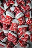 Honey Cookies auf einem weißen Hintergrund, rote Stiefel Stockfotos