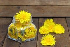 Honey Dandelion op een houten lijst; Royalty-vrije Stock Foto