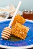 Honey Drops da pilha de Honey Comb e do Dipper fotos de stock