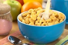 Honey Flavored Cereal Loops avec du lait Photos libres de droits