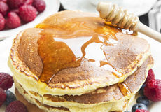 Honey Flowing Pancakes Closeup Imagenes de archivo