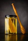 Honey Jar con il pettine Fotografie Stock Libere da Diritti