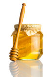 Honey Jar con il pettine e Dipper su bianco Fotografie Stock Libere da Diritti