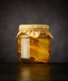 Honey Jar di vetro con il pettine Immagine Stock Libera da Diritti