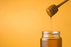 Honey jar and dipper Royalty Free Stock Photos