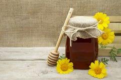 Honey Jar en un fondo rústico Fotografía de archivo libre de regalías