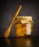 Honey Jar giallo con il dispositivo di gocciolamento Fotografia Stock
