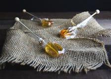 Honey Lemon Sticks op Jute stock foto's