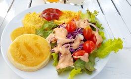 Honey Pancake e omlet com salada vegetal fotos de stock royalty free