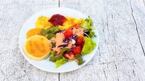 Honey Pancake e omlet com salada vegetal fotos de stock
