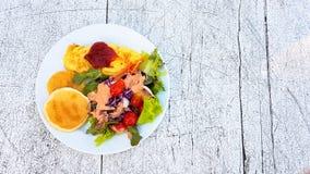 Honey Pancake e omlet com salada vegetal foto de stock