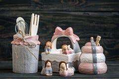 Honey Pots de cerámica con el cazo de madera en fondo azul Imagen de archivo