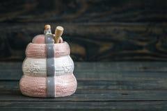 Honey Pots de cerámica con el cazo de madera en fondo azul Imagenes de archivo