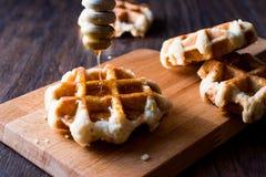 Honey Pouring op de Wafels van België Stock Afbeelding