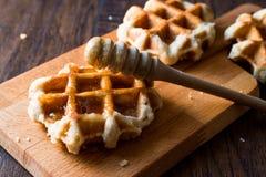 Honey Pouring op de Wafels van België Royalty-vrije Stock Afbeelding