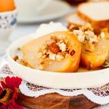 Honey Roast Pears avec la granola et le yaourt photographie stock