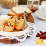 Honey Roast Pears avec la granola et le yaourt Photos libres de droits