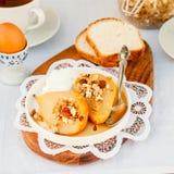 Honey Roast Pears avec la granola et le yaourt Images stock