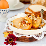 Honey Roast Pears avec la granola et le yaourt Photos stock