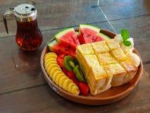 Honey Toast avec la banane Kiwi Strawberry Whipping Cream de pastèque et la glace photos libres de droits