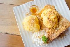 Honey Toast e gelado na tabela branca da madeira do prato fotografia de stock royalty free