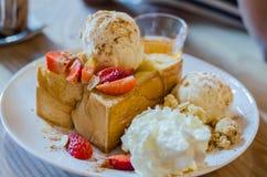 Honey Toast med karamell och jordgubben Royaltyfri Bild