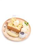 Honey Toast mit Banane und Vanilleeis auf weißem backgroun Stockfotos