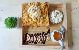 Honey Toast mit Eiscreme auf Holztisch Lizenzfreies Stockbild