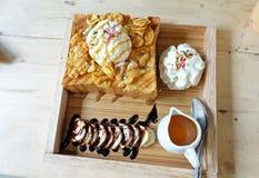 Honey Toast mit Eiscreme auf Holztisch Lizenzfreie Stockfotografie
