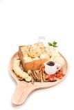 Honey Toast mit Vanilleeis auf weißem Hintergrund Lizenzfreie Stockfotos
