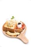 Honey Toast mit Vanilleeis auf weißem Hintergrund Lizenzfreies Stockfoto