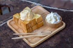 Honey Toast på den träbrickan Fotografering för Bildbyråer