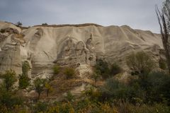 Honey Valley in Cappadocia, kloof Baydere Schommel het huis met Vensters Verbazend berglandschap in centraal Turkije stock foto's