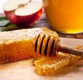 Honeycombs i drewniany dripper Fotografia Royalty Free
