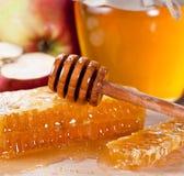 Honeycombs i drewniany dripper Fotografia Stock