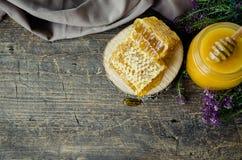 Honeycombs i szklany garnek z miodem Obraz Stock