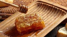 Honeycombs z dolewanie miodem zbiory