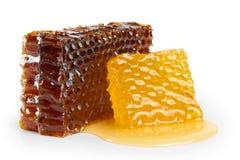 Honeycombs z miodem, odizolowywającym na bielu Zdjęcia Royalty Free